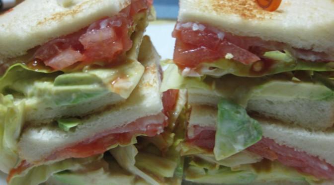 生ハムとアボカドのサンドイッチ